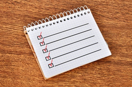 テーブルの上のチェックリストをノートブック