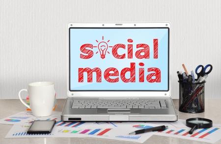 社会的なメディアを持つテーブル上のラップトップ 写真素材