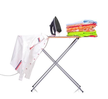 strijkplank met overhemd en een strijkijzer een man Stockfoto