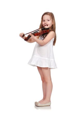 白い背景で隔離のバイオリンを持つ少女