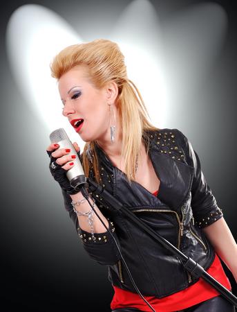 rocker girl: joven rockero canto expresivo