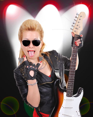 rocker girl: hermosa chica rockera con la guitarra el�ctrica en el fondo la luz del color