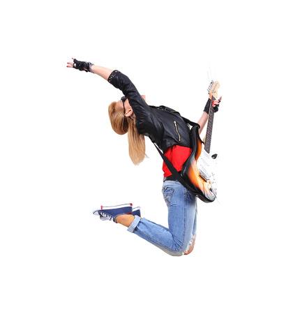 rocker girl: Salto de la chica rockero con guitarra sobre fondo blanco Foto de archivo