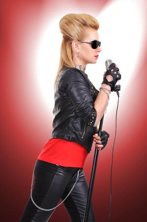 rocker girl: Hermosa chica rocker sexy cantando expresiva