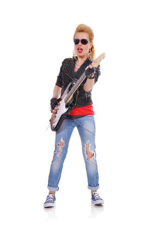 rocker girl: chica rocker tocar en la guitarra el�ctrica en el fondo blanco