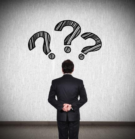 signo de pregunta: el pensamiento de negocios con signo de interrogaci�n sobre la cabeza