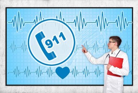 accident rate: doctor con Portapapeles mirando a la pantalla con el s�mbolo 911