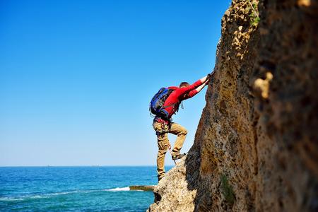 climbing: escalador con la escalada mochila encima de la montaña