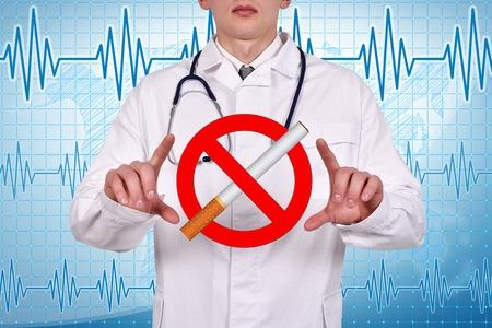 医者の無記号喫煙を手で押し
