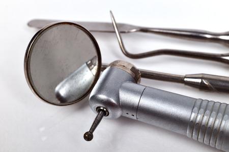 ferramentas do equipamento médico do dentista no fundo branco