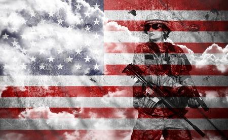 米国旗の背景、二重露光にライフルを持った兵士