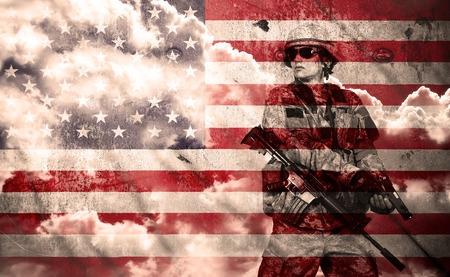 soldado: soldado con rifle sobre un fondo de la bandera EE.UU., doble exposici�n