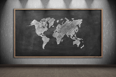 灰色の部屋の壁に世界地図を描くと黒板 写真素材