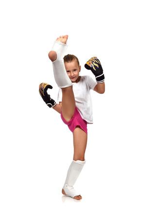 ムエタイ ボクシングの女の子が彼女の脚を引き上げた