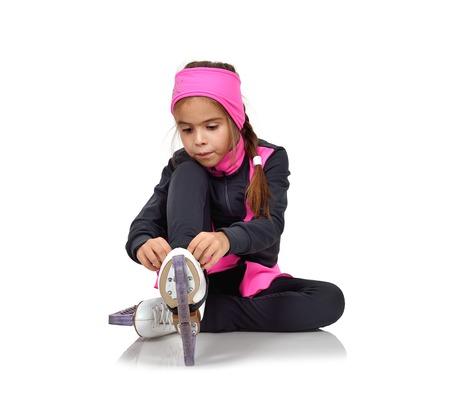 mignonne petite fille: jeune fille de patinage artistique patins lacets Banque d'images