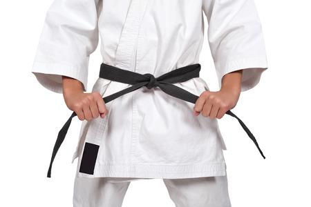 흰색 배경에 고립 된 블랙 벨트와 가라테 소년