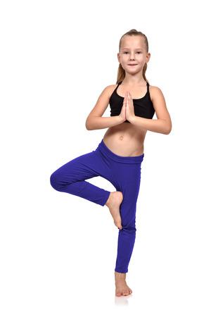 salud y deporte: chica haciendo ejercicios de yoga en la ropa azul sobre un fondo blanco