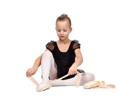 ballet niñas: pequeña bailarina en tutú negro usa zapatos de ballet