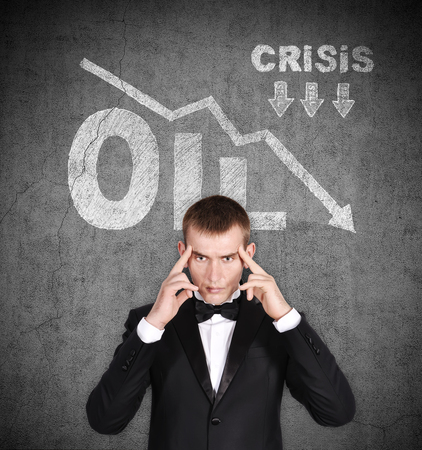 derrumbe: hombre de negocios pensar y el colapso de dibujo en los precios del petróleo sobre la cabeza