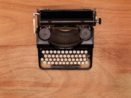 maquina de escribir: máquina de escribir de la vendimia en la mesa de madera. Vista desde arriba