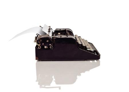 maquina de escribir: vista lateral cosecha de escribir sobre un fondo blanco
