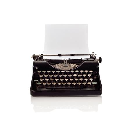 maquina de escribir: Vintage máquina de escribir con papel sobre un fondo blanco