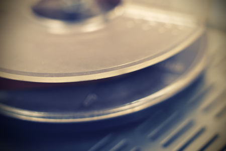 grabadora: grabadora de carrete de cinta de época antigua. De cerca.