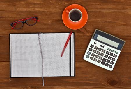 articulos de oficina: Lugar de trabajo con artículos de oficina y elementos de negocios en un escritorio