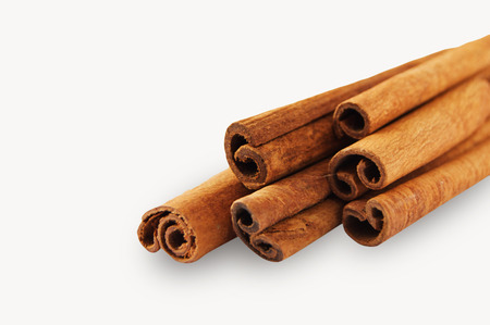 cannelle: cinnamon isolated on white background
