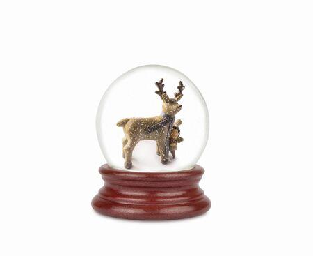 Boule à neige de Noël isolé sur blanc. Peut être utilisé comme cadeau ou symbole de Noël ou du Nouvel An. Élément de conception de Noël et du nouvel an. Boule à neige en verre jouet avec cerf et bébé. Boule de neige sur blanc.