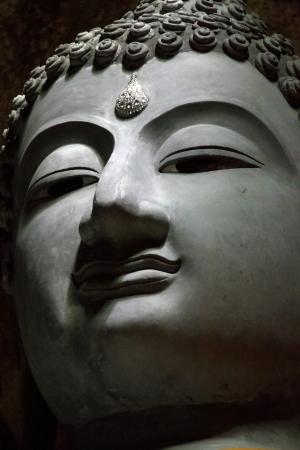 bouddhisme: statue de Bouddha � l'int�rieur d'une grotte myst�rieuse en Tha�lande.