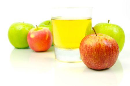 Succo di mela isolato su uno sfondo bianco