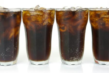 colas: Bicchieri di cola isolato su uno sfondo bianco