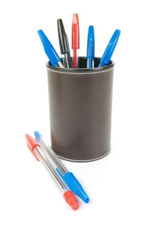 ball pens stationery: Bol�grafos en un sostenedor de taza aisladas sobre un fondo blanco