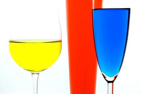 rainbow cocktail: Cocktail retroilluminato su sfondo bianco