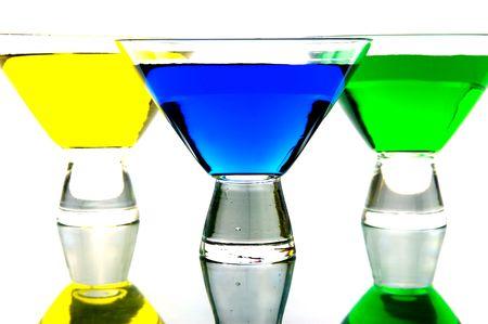 rainbow cocktail: Cocktail retroilluminato contro uno sfondo bianco