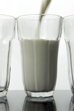 Vasos de leche aislada contra un fondo blanco