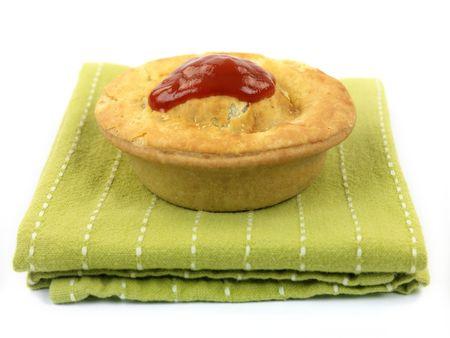 흰색 배경에 대해 격리 냅킨에 봉사하는 호주 고기 파이