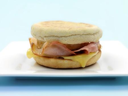 comida inglesa: Un huevo de desayuno tocino y queso english muffin