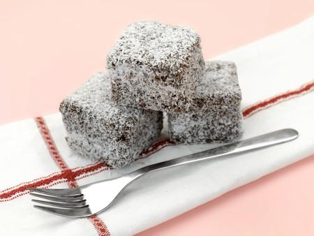 분홍색 배경에 고립 된 작은 lamington 케이크 스톡 콘텐츠