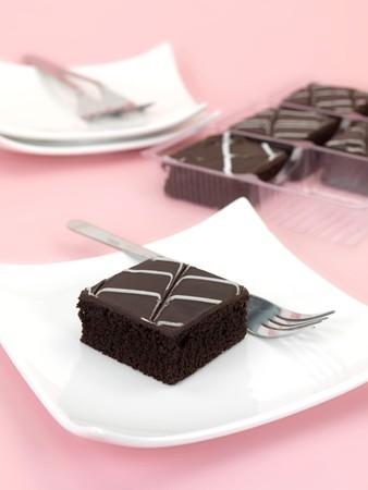 초콜릿 진흙 케이크 조각 분홍색 배경에 고립 된