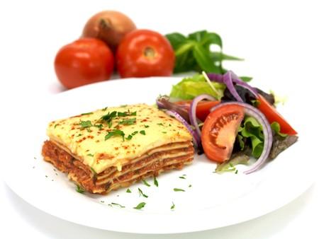 lasagna: Lasa�a revestidos de arriba con una ensalada y aislado contra un fondo blanco