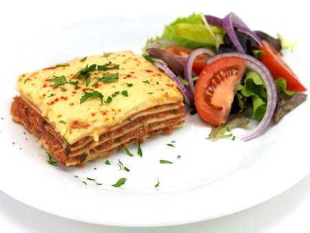 흰색 배경에 고립 샐러드와 도금 Lasagne