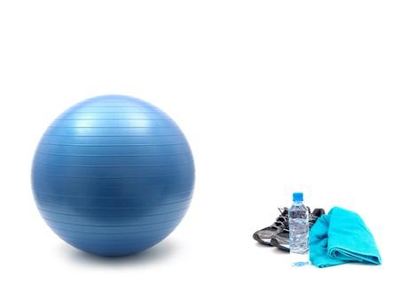 조깅, 물 및 흰색 배경에 고립 된 fitball