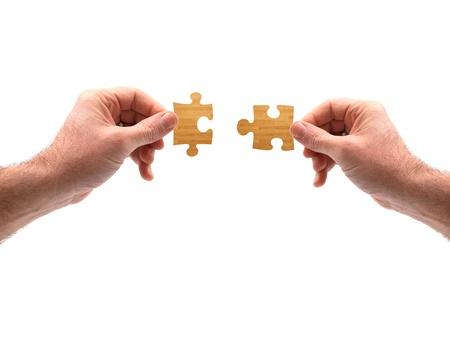 Holz-Puzzle-Teile zusammen auf weiß gesetzt Standard-Bild