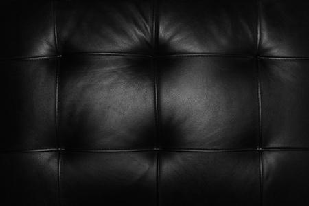 Eine schwarze Ledercouch
