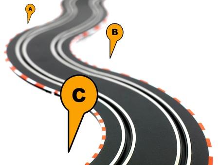 Eine Carrerabahn auf weißem Hintergrund isoliert