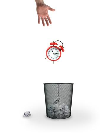 Ein Mülleimer vor einem weißen Hintergrund isoliert