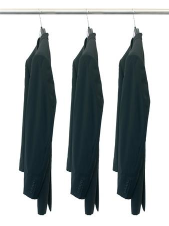 白い背景に対して隔離されるコート ハンガーに掛かっている衣服 写真素材