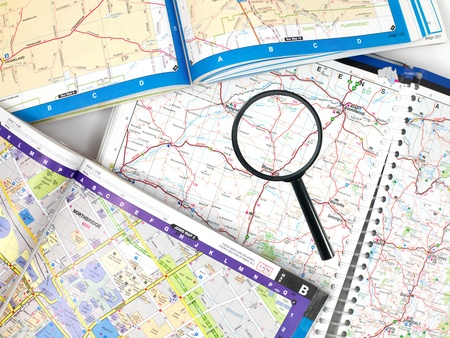 kilometraje: Un mapa de carretera con una lupa Foto de archivo